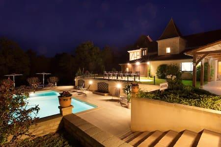 LES PEYROUSES, chambres d'hôtes, piscine chauffée - Sarlat-la-Canéda - ที่พักพร้อมอาหารเช้า