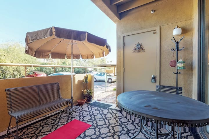 Cozy condo w/access to shared pool & hot tub - near downtown