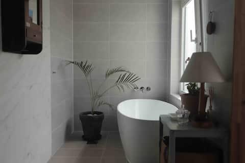 Big bathroom with bathtub, Terrace, clean house B.