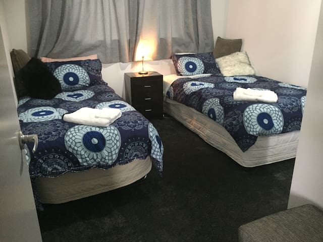 Single/ twin bedroom in shared house