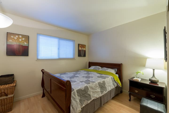 Private bedroom with queen bed ( SF )