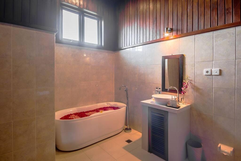 バスルームもウッド調で広々としています。