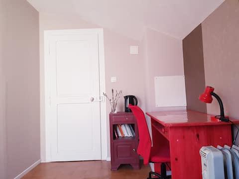 Petite chambre calme dans appart sympa :-)