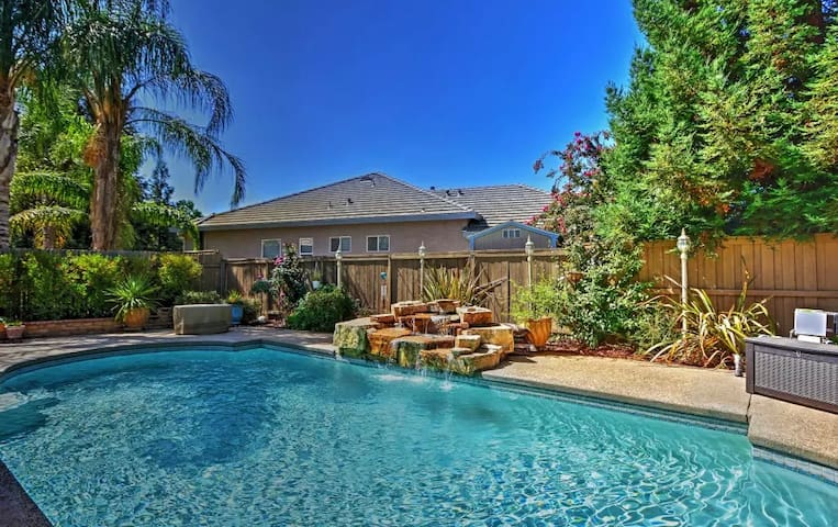 5BR Elk Grove House w/Private Pool - Elk Grove