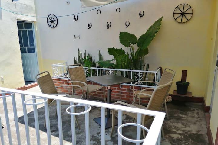 Terraza con mesa de jardin
