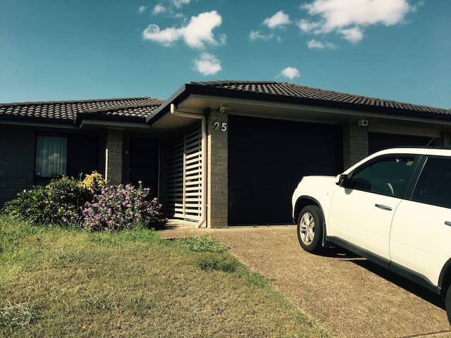 1 Master Bedroom and 1 spare room available - Calamvale - Haus