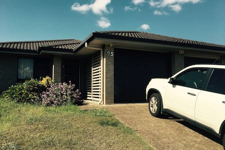 1 Master Bedroom and 1 spare room available - Calamvale - Huis