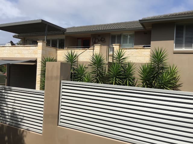 Spacious Modern Home Near Ocean - Cronulla - Casa