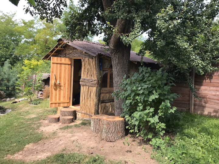 Летний домик из камыша и глины для 4-х человек