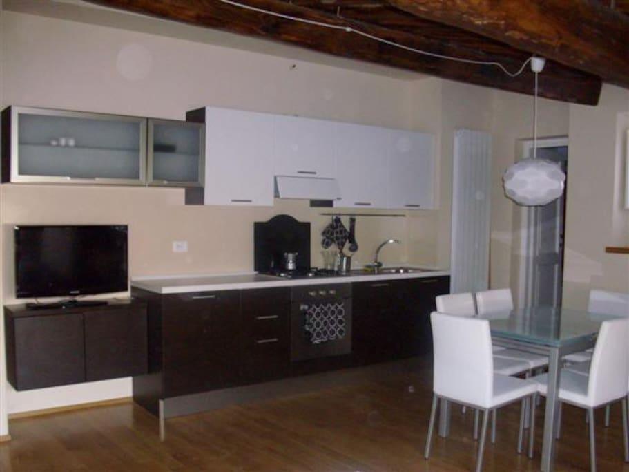 Cucina completa di forno, frigorifero e lavatrice