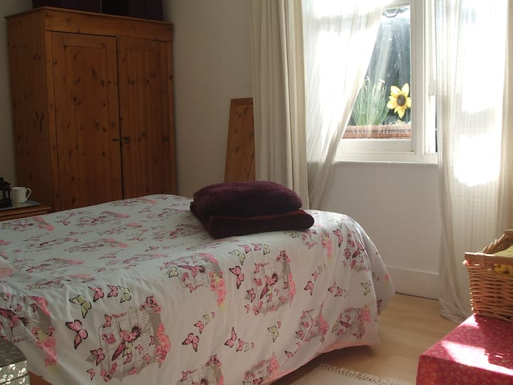 Bright airy double room, central