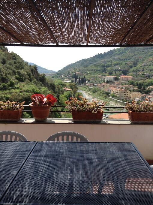 zona pranzo in terrazzo con vista fino al mare