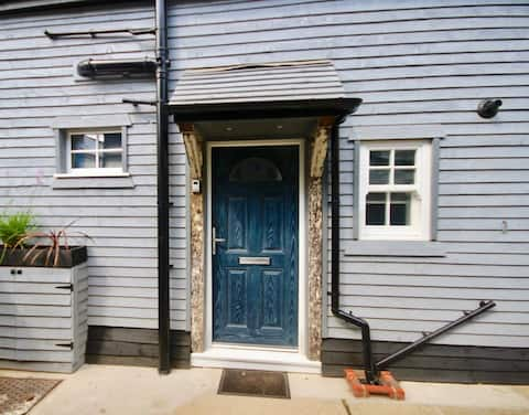The Old Garage Cottage !  Great location in Deal !