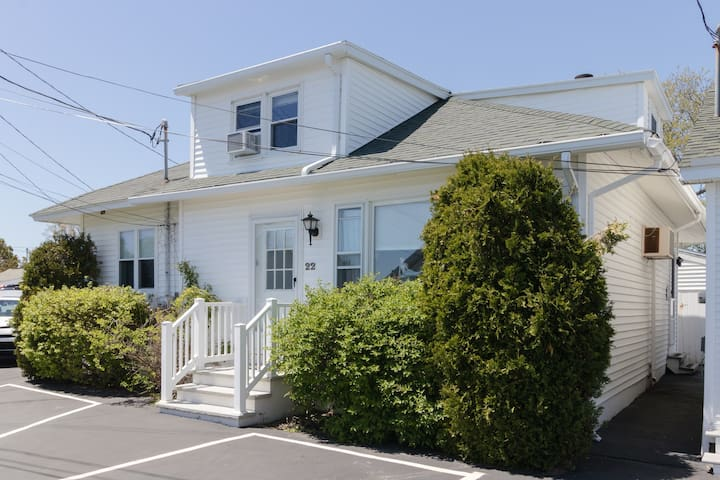 Ocean view cottage w/ grill-near Long Sands Beach, walk to town!