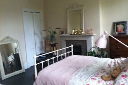spacious double room - Glasgow - Bed & Breakfast