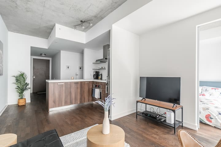Stylish and Bright 1BR Condo in Popular King West
