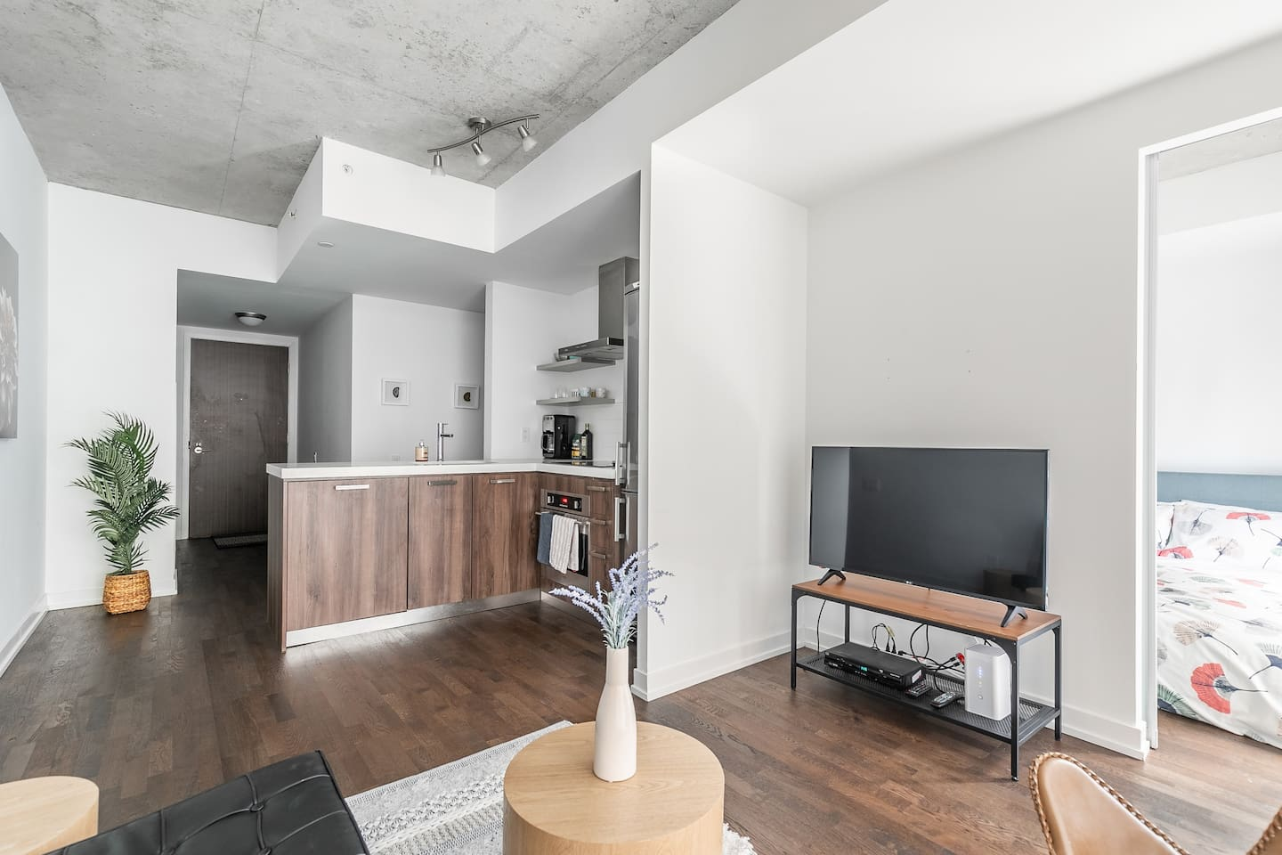 Clean and bright 1BR unit in the heart of King West