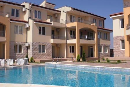 Family Apartment Near the Black Sea - Bozhurets