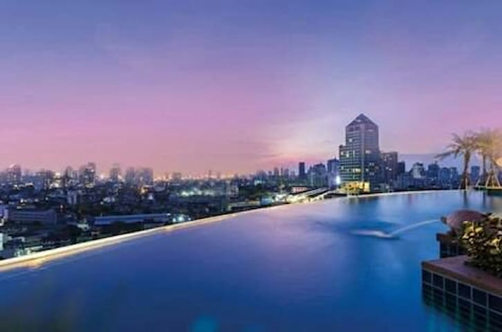 LUXURY condo above Phra Khanong BTS. Close to BTS - Bangkok - Kondominium
