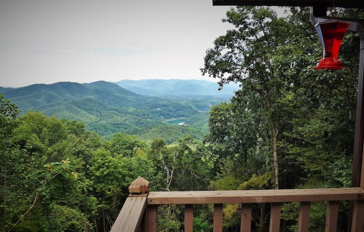 Romantic Honeymoon Cabin-Mtn and Lake Views, Sparkling Hot Tub, Fireplace-WiFi