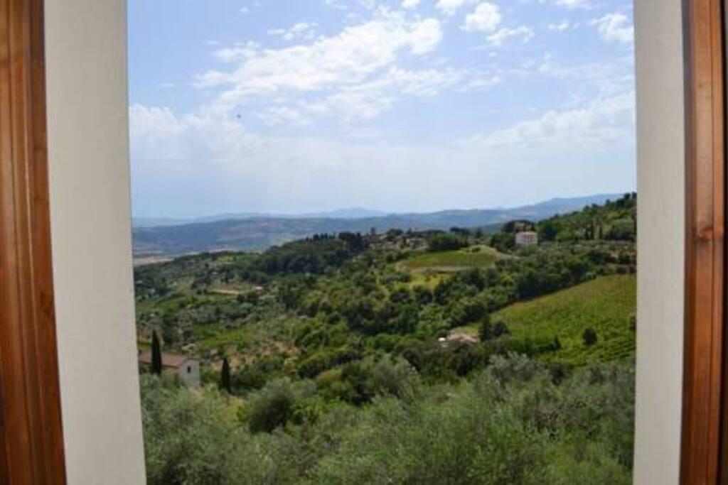 Vista dalle finestre degli appartamenti Bella Vista Alto e Bella Vista Basso, su valle d'Orcia, Pienza e Montepulciano.