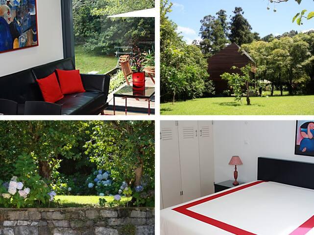 Sala de estar, quarto de cama e jardim