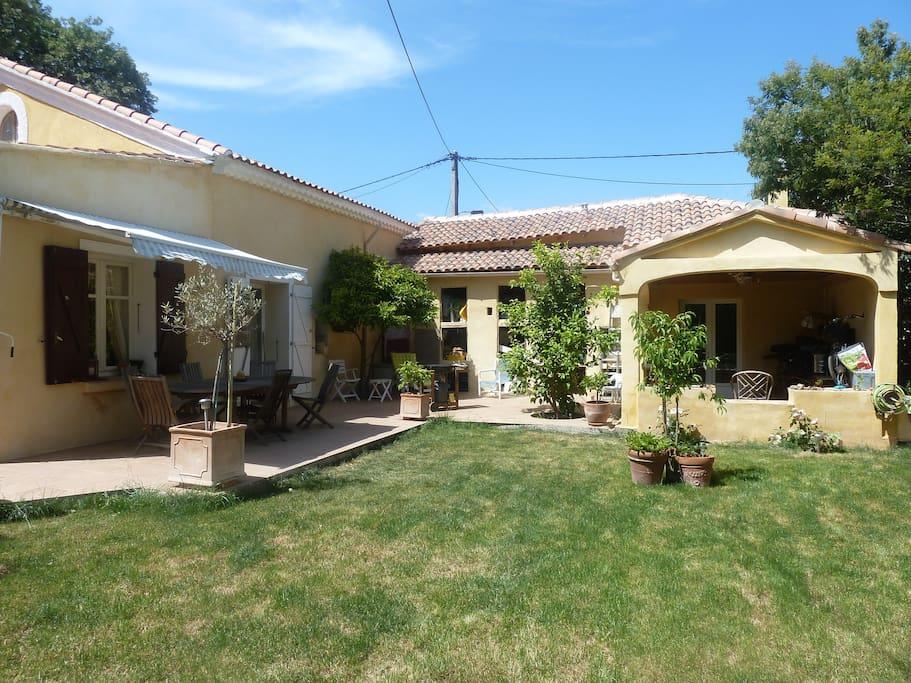 Grand jardin avec terrasse ombragée pour les repas. Barbecue disponible. Pergola