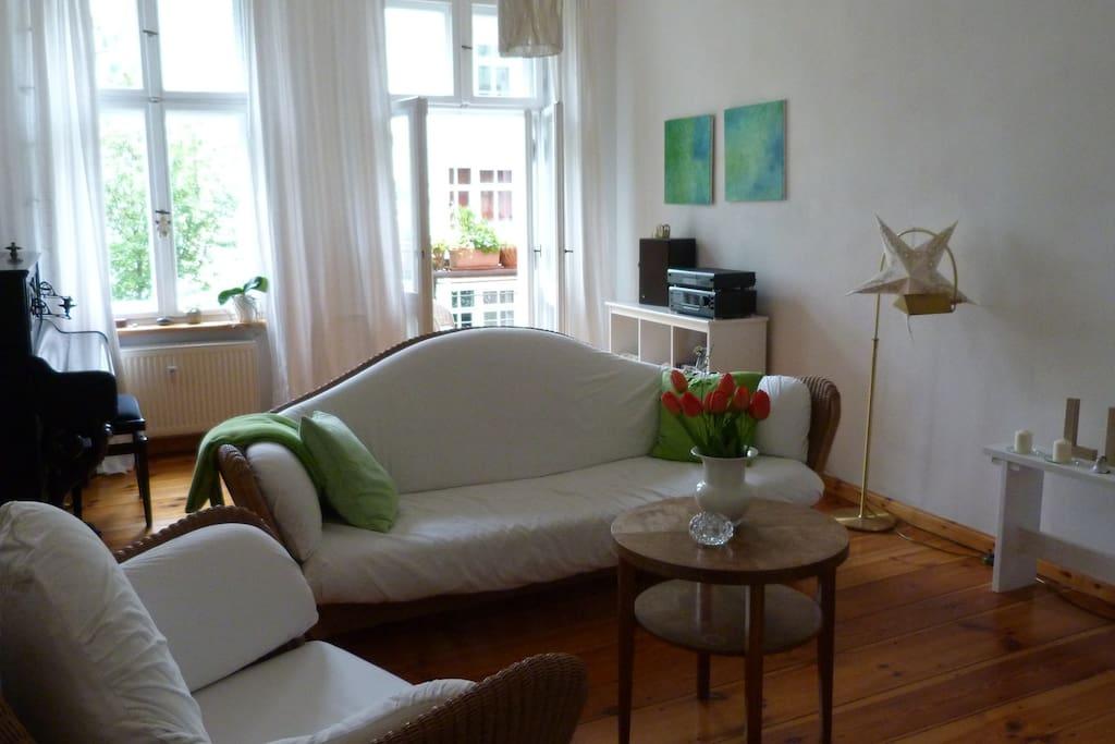 Wohnzimmers mit Balkone und Kaminofen