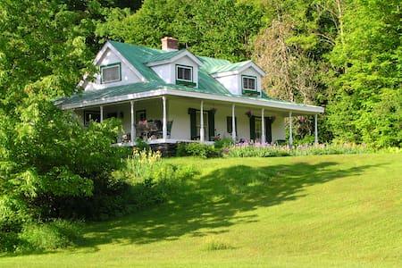 The 1820 farmhouse, VT retreat private & cozy