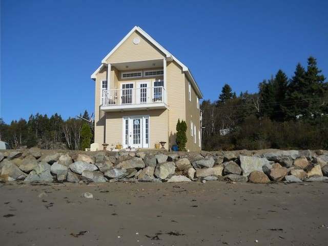 Bay of Fundy Oceanfront Retreat