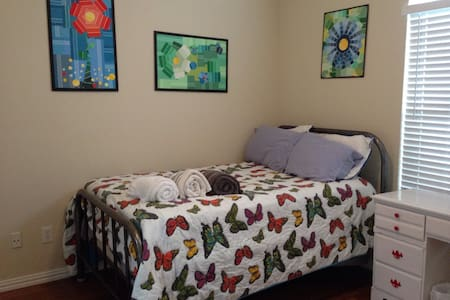 Private room near airport - Euless - House
