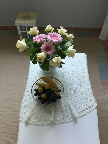 Blumen und frische Früchte als Willkommensgruß.