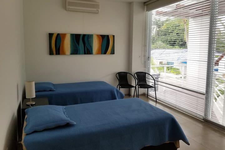 Cuarto 3 segundo piso con  2 camas sencillas y baño privado