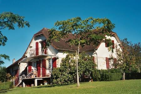 B&B rooms in charming Villa - Beyssac