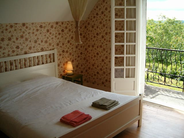 Sunny room with double bed, chambre soleil