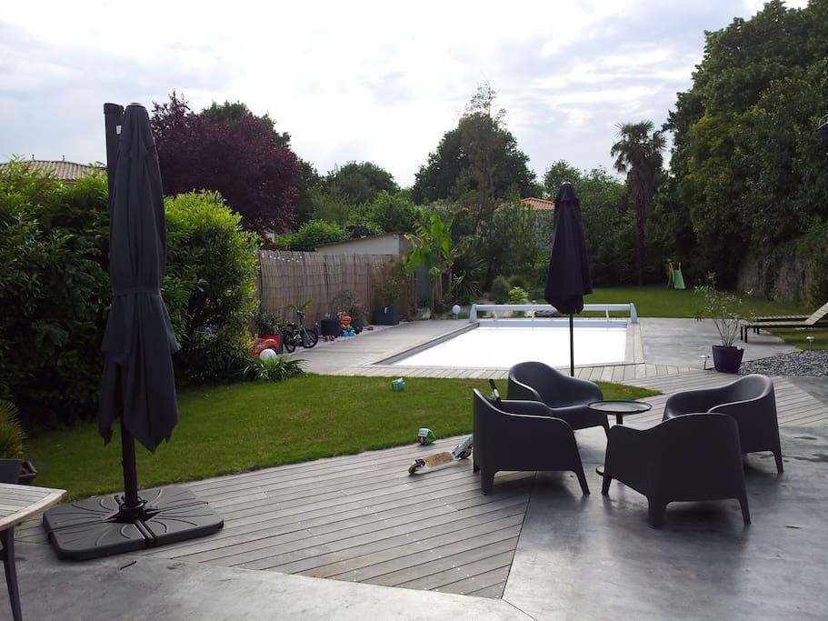 Si le temps le permet, venez vous baigner dans la piscine chauffée. Sécurité enfant avec store. Prenez votre breakfast sur la terrasse.