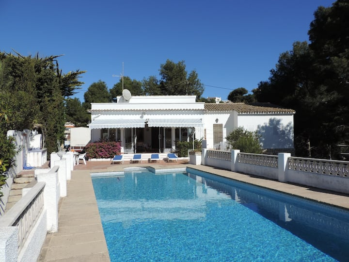 Villa con piscina cerca del mar