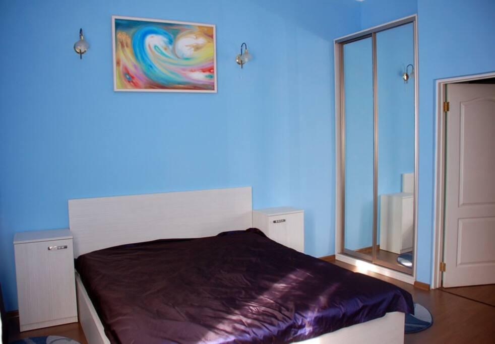 Спальня: шкаф-купе, двуспальная кровать, комод, трюмо, 2 прикроватные тумбочки.