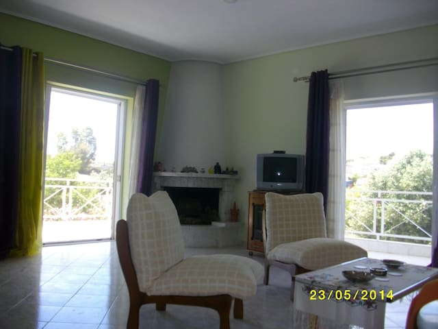 The house has three bedrooms, one w - Βάρη - Apartment