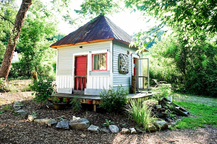Old Smoke House Cabin - Appalachia Hemp Farm