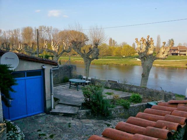 maison au bord du plan d'eau de st pierre de boeuf