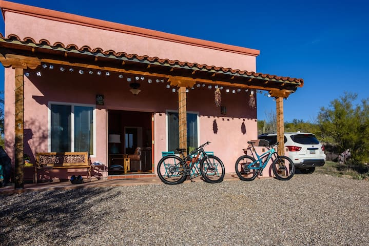 Sweetwater Preserve trailhead (one of the premier mountain biking locations in Tucson) is a short ride from the Casita.  Also quick access to Sweetwater/Camino de Oeste/Gates Pass and river trail for road bikes.