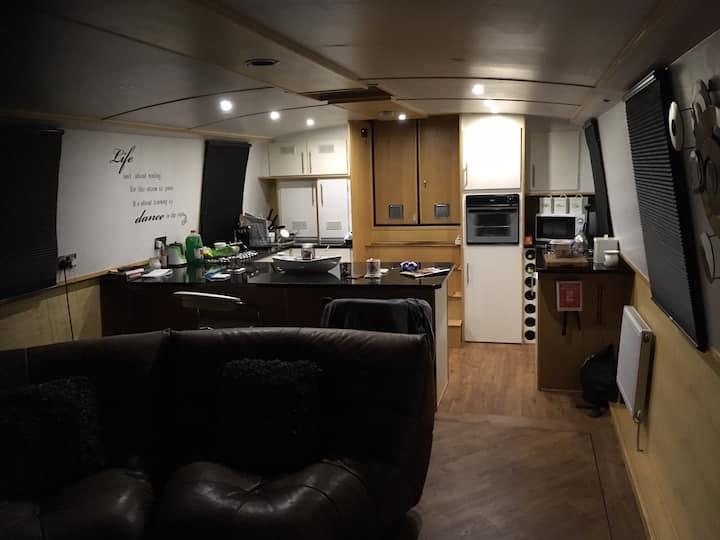 Entire modern houseboat (city centre) Castlefield