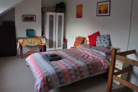 Large light double room in friendly cosy home - Dom