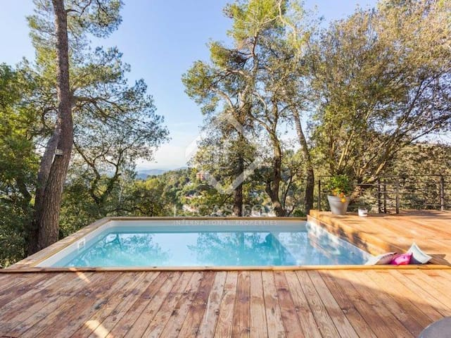 Luxury private villa with pool in a lush area case in for Case in affitto a barcellona spagna