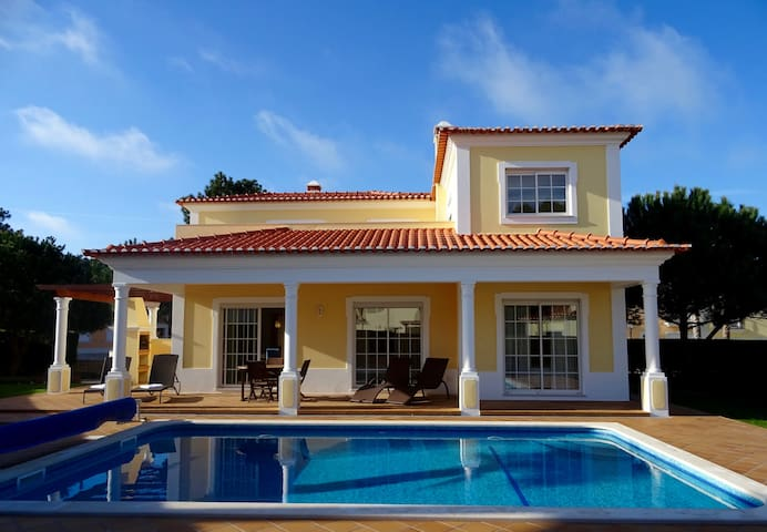 3 bedroom luxe villa WiFi & Pool, Praia d'el Rey