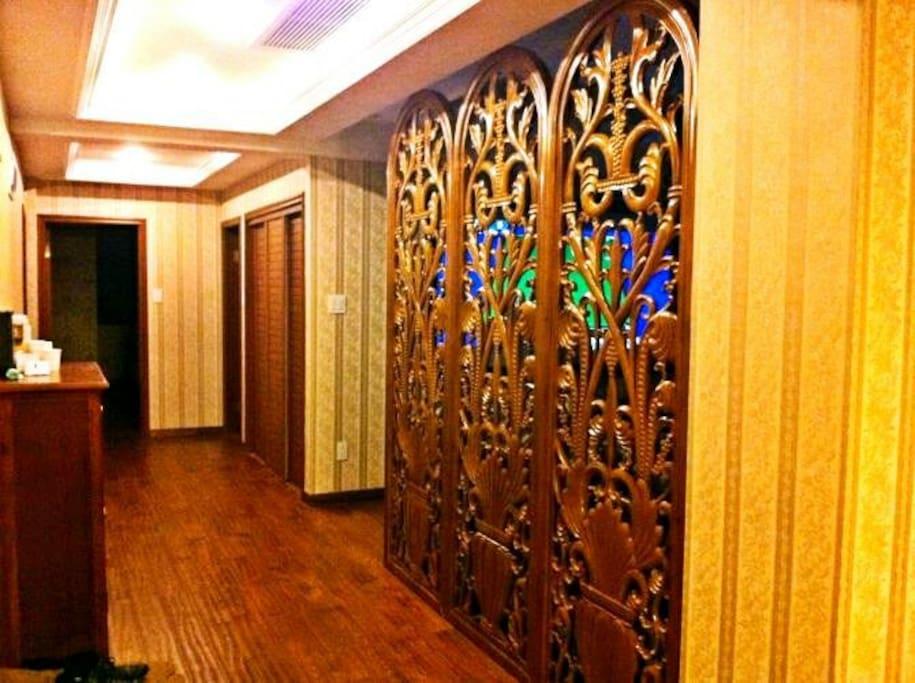 木雕屏风为东阳木雕大师李邵荣作品,中式文化也能完美融入欧式风格