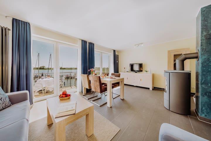 Wohnzimmer mit Marina-Blick
