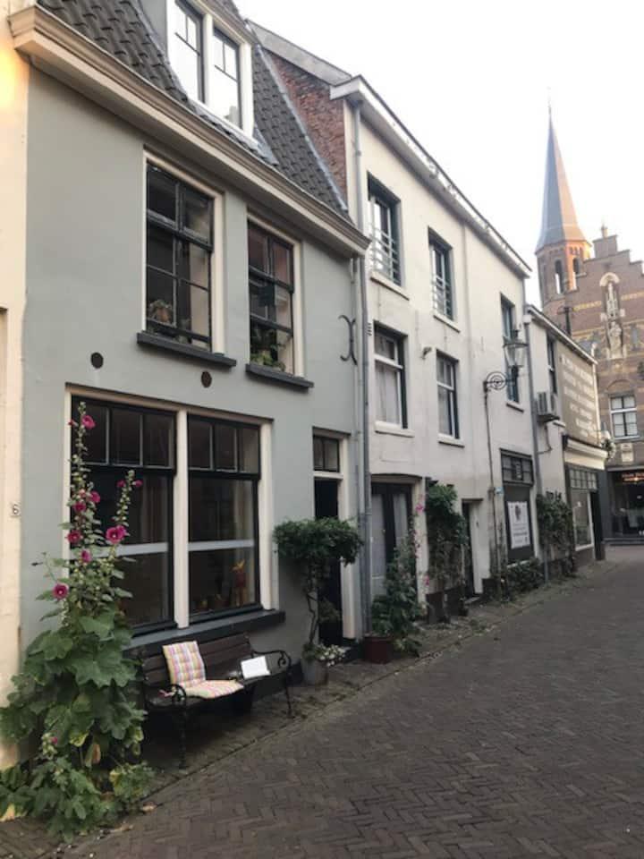 Mooie kleine oude stadswoning in het centrum.