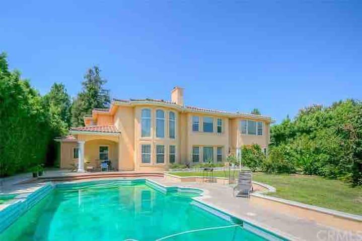 洛杉矶亚凯迪亚华人富人区超大豪华泳池别墅大床房